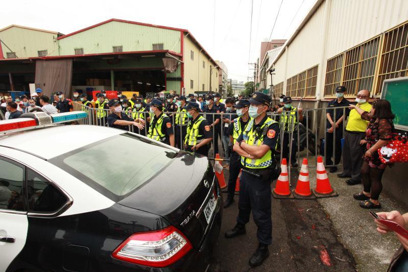 ▲同往王浩宇農舍的聯外道路,被警方設下圍欄阻止抗議民眾進入。(圖/記者李春台攝,