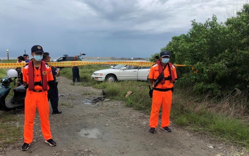 ▲海巡人員隨即封鎖現場並聯繫警方及老翁的家屬到場了解。(圖/記者蘇榮泉攝,2020.06.08)