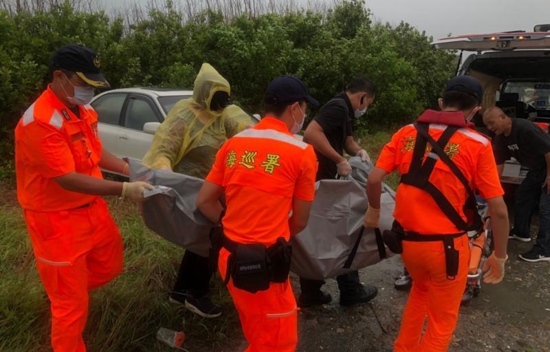 ▲海巡人員將老翁從車內拉出,並進行搶救但回天乏術。(圖/記者蘇榮泉攝,2020.06.08)