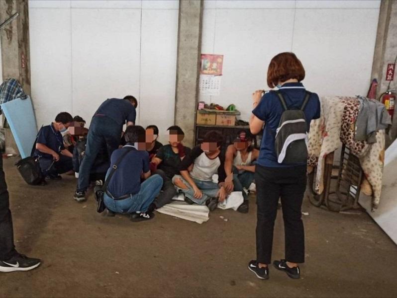 非法移工聽不懂台語的「緊走」,呆呆的等著被抓。(圖/記者陳惲朋翻攝)