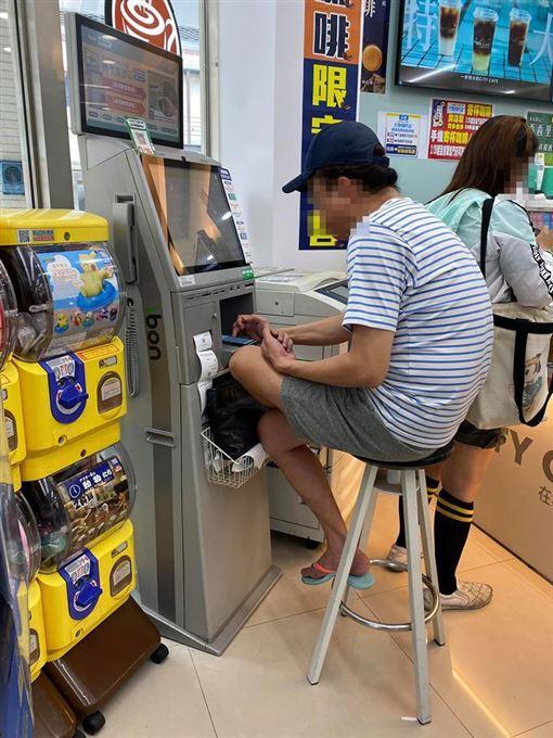 ▲阿伯姿勢熟練,坐在高腳椅上操作機台。(圖/取自臉書「爆廢公社」)