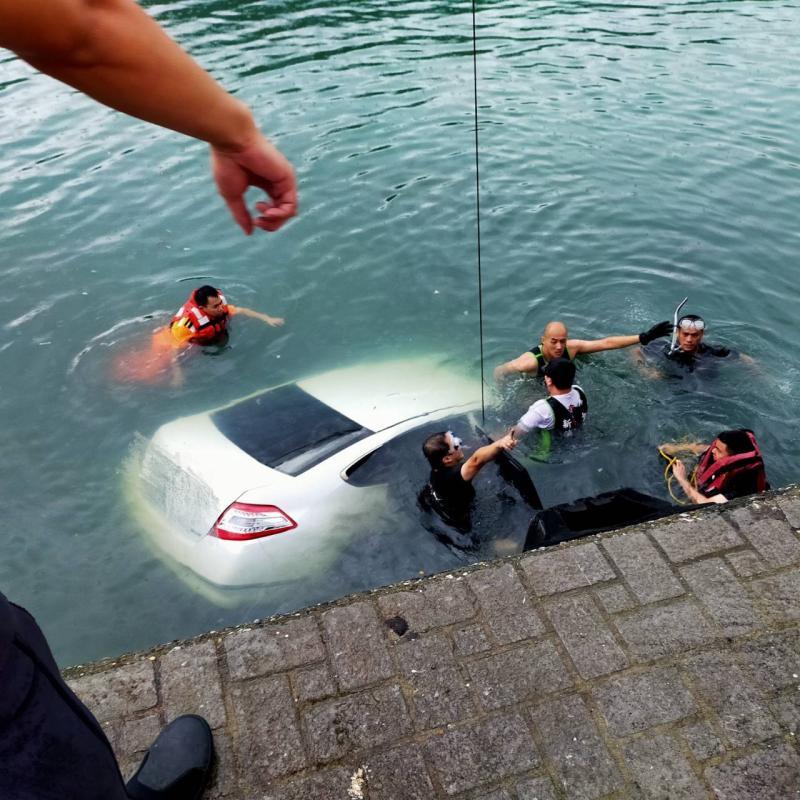 <b>金山</b>男子疑似癌末尋短 竟「整輛車衝進海裡」致溺斃不治