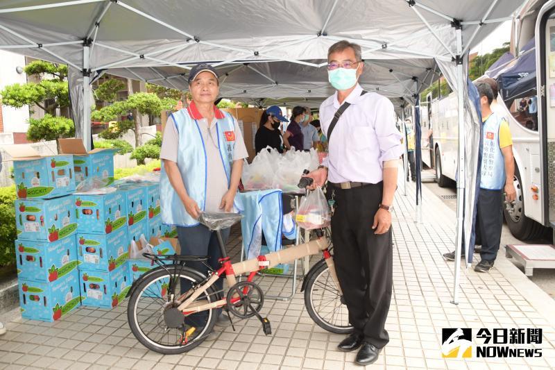 ▲捐血摸彩活動,第一位捐血民眾幸運模到小折腳踏車一台。(圖/記者陳雅芳攝,2020.06.08)