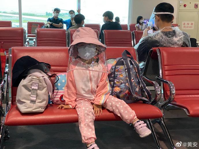 ▲機場乘客全副武裝防疫。(圖/黃安微博)