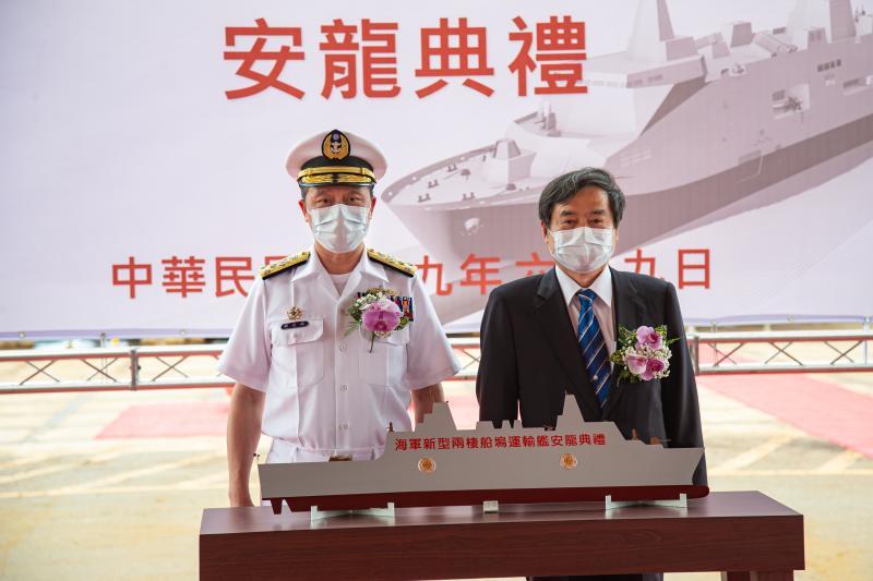 海軍司令劉志斌上將今日在臺灣國際造船股份有限公司,主持「海軍新型兩棲船塢運輸艦安放龍骨典禮」