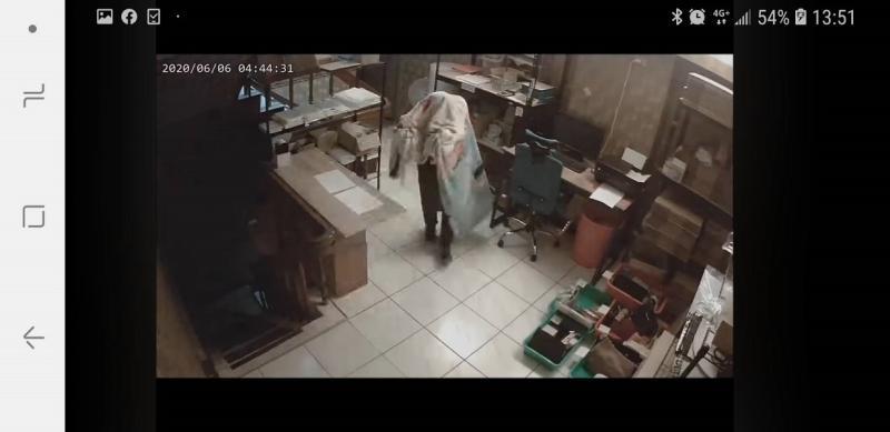 ▲浴巾在空中飄移,原來是離職員工行竊(圖/截自米果精品臉書)
