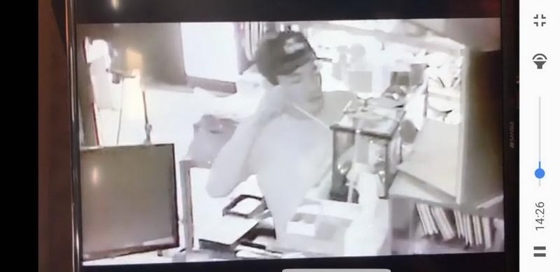 ▲江姓員工用筷子夾取「金雞母玻璃櫃」內的鈔票(米果精品臉書)