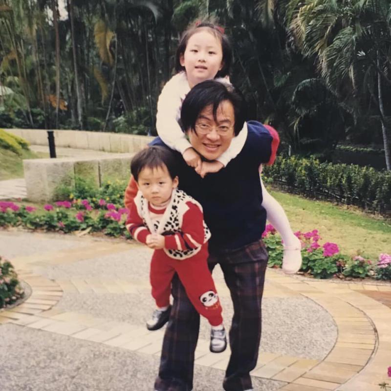 ▲高凌風生前和一雙兒女的合照。(圖/翻攝葛宸羽臉書)