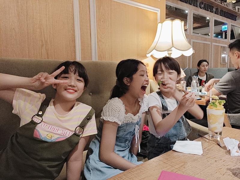 ▲張丞妘(中)時常會和年齡相仿的女孩們聚會。(圖/張丞妘臉書)