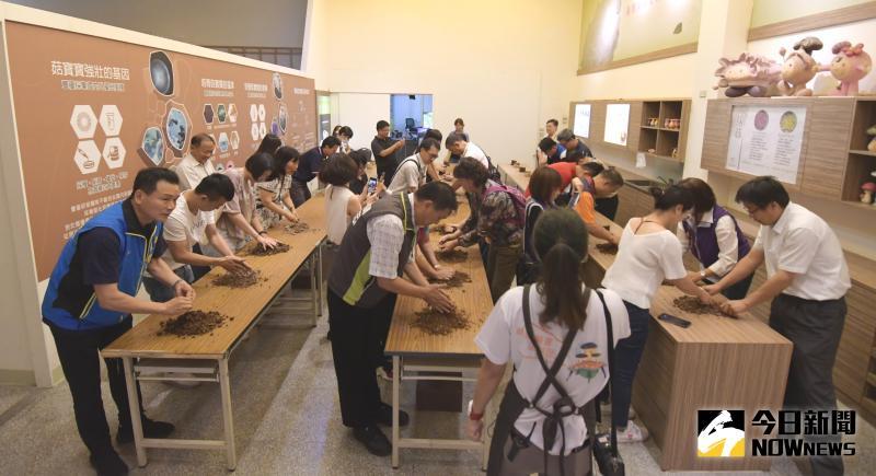 ▲專業導覽員的帶領下,體驗親手DIY種菇的樂趣。(圖/記者陳雅芳攝,2020.06.09)