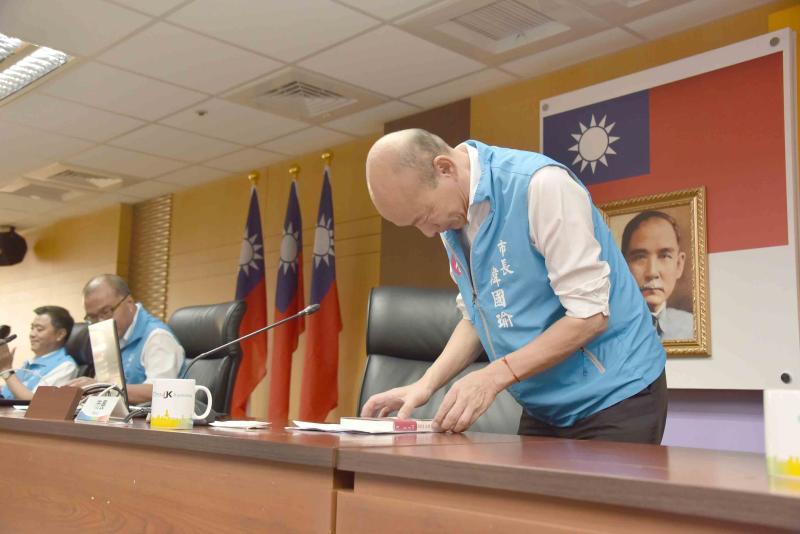 ▲韓國瑜深深一鞠躬,歡迎各界好友到雲林找他聊天、喝茶、聊往事。(圖/高市府提供,2020.06.09)