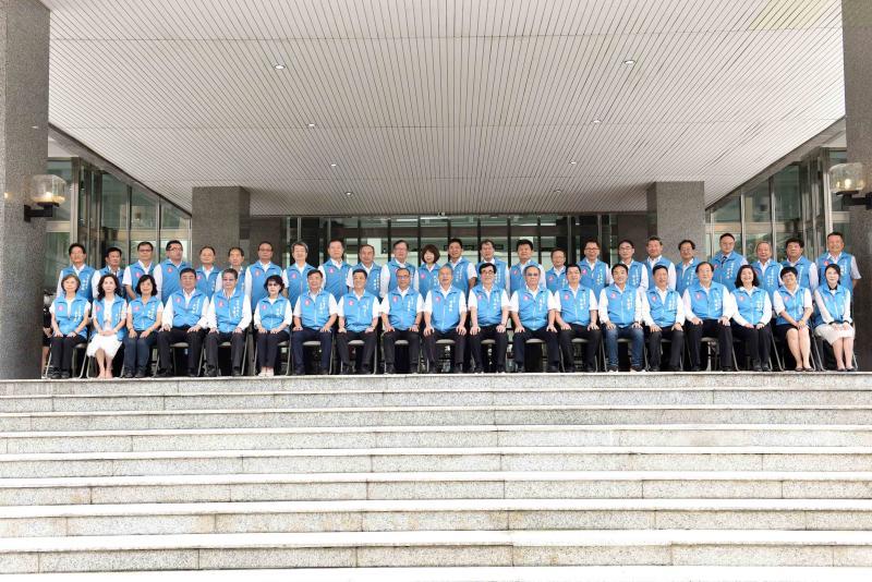 ▲韓國瑜說「來是偶然、離開是必然」,率領所有局處首長合拍畢業照。(圖/高市府提供,2020.06.09)