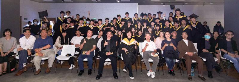▲薛忠銘(第一排右六)、黃韻玲(第一排右四)參加台北城市科技大學第一屆流行音樂系畢業典禮。(圖/城市科大提供)