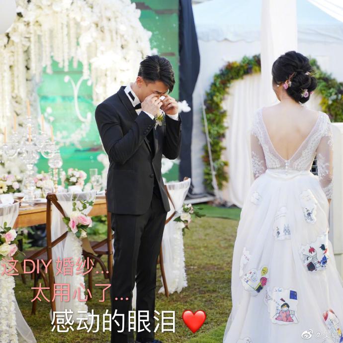 ▲吳尊見到老婆穿「母女設計款」婚紗現身,當場掉淚。(圖/吳尊微博)
