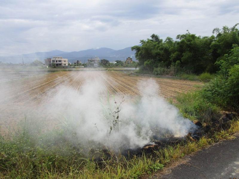 稻作收割季農民請留意!燃燒稻草百害無一利