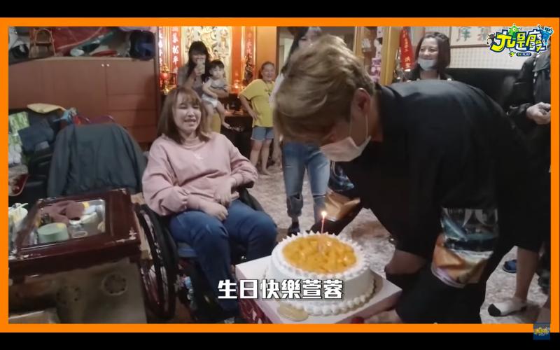 ▲陳零九幫粉絲萱蓉過生日。(圖/九是廢YouTube)