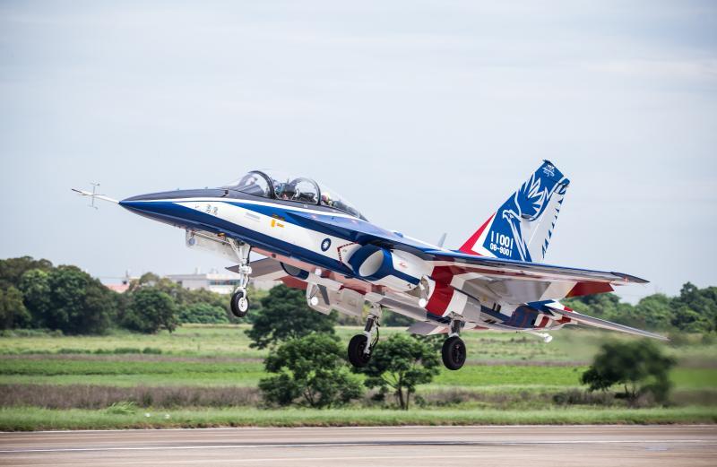 首架國造新式高教機勇鷹試飛