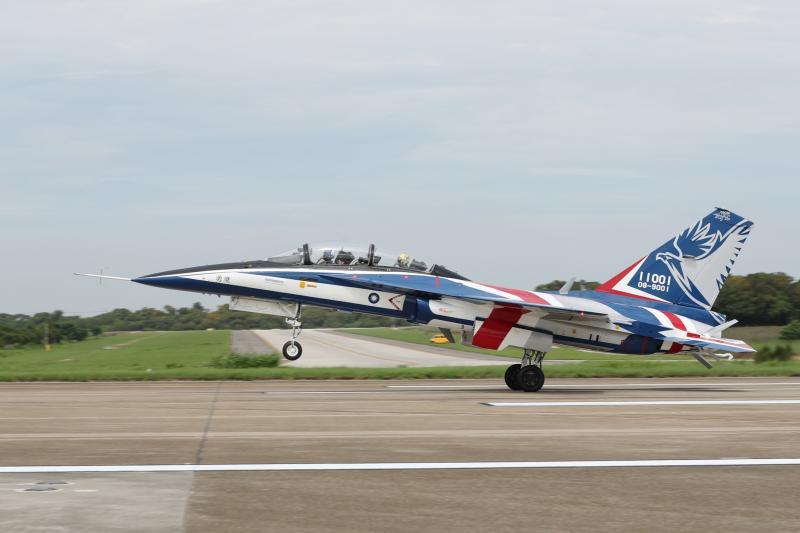 ▲首架國機國造新式高教機勇鷹試飛。(圖/國防部提供)