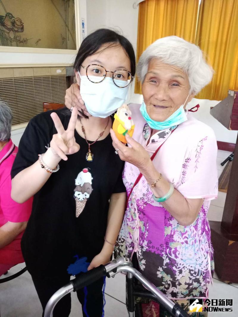▲吳奶奶大方的將香包送給小朋友,對於自己完成的作品流露出得意的表情。(圖/記者陳雅芳攝,2020.06.10)
