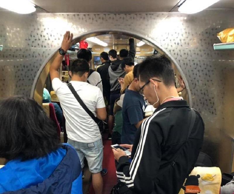 ▲有網友好奇火車車廂內的「拱門」設計用途為何?釣出內行揭密「真正用途」。(圖/翻攝自爆廢公社)