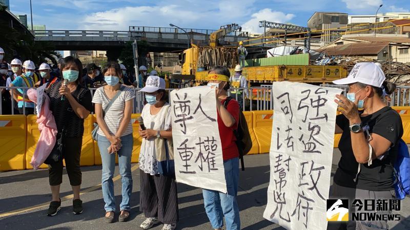 ▲張太太(左三)與南鐵自救會成員在現場抗議「政府暴力強拆」。(圖/記者陳聖璋攝,2020.06.11