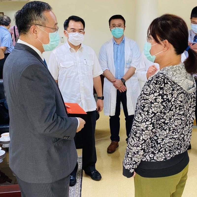 陳家欽慰問大甲分局受傷員警 宣示挑戰<b>公權力</b>者絕不寬貸