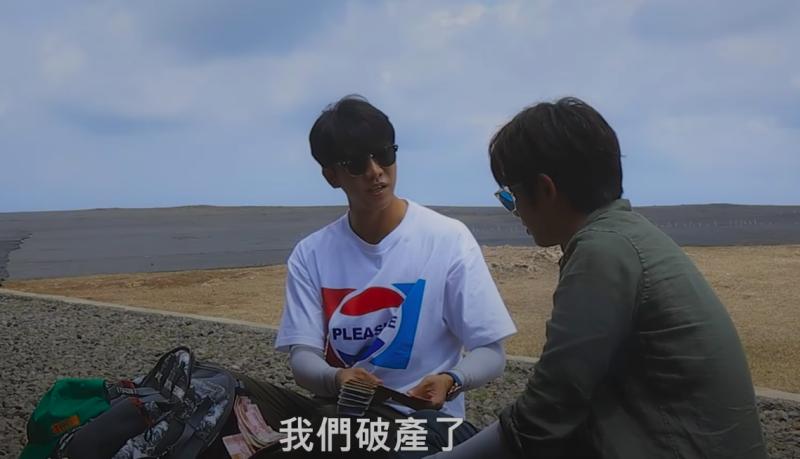 ▲李昇基(左)拿著經費表示破產,引發好奇。(圖/Netflix)