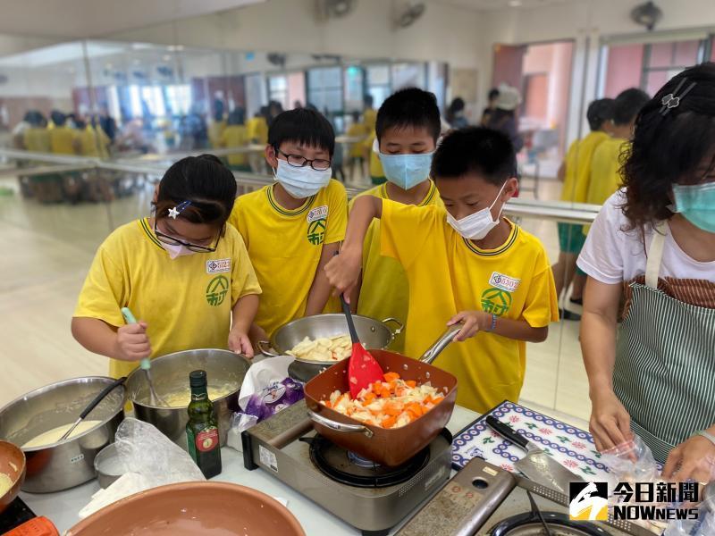 ▲學校讓孩子們親手製作義大利、西班牙、俄羅斯、秘魯的特色食物。(圖/記者陳雅芳攝,2020.06.12)