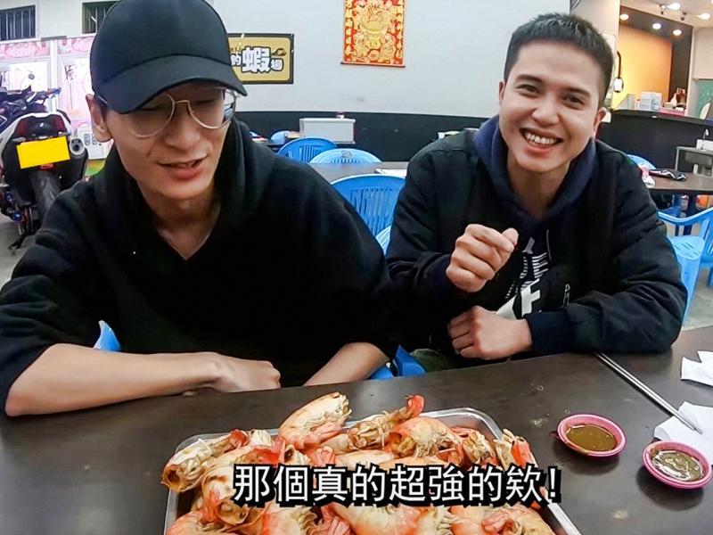 ▲戴嘉峻(圖右)常常客串好友的YouTube影片來賓,分享釣魚、釣蝦的成功經驗。(圖/資料照片)