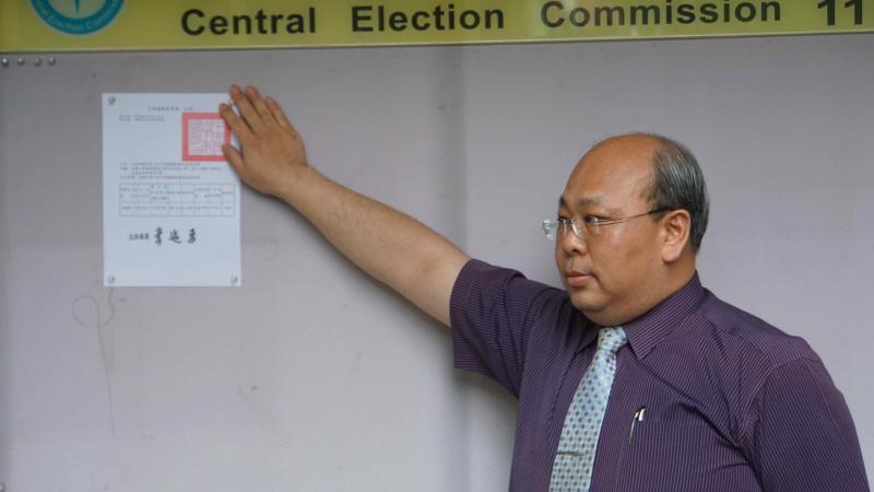 中選會副主委陳朝建張貼高雄市第三屆市長罷免結果公告與8月15日市長補選公告