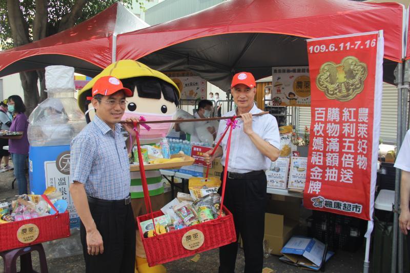 ▲楓康超市王田總部,現場提供「農萊在地好物」點心攤,跟著大甲媽遶境信眾吃點心,用行動支持在地小農。