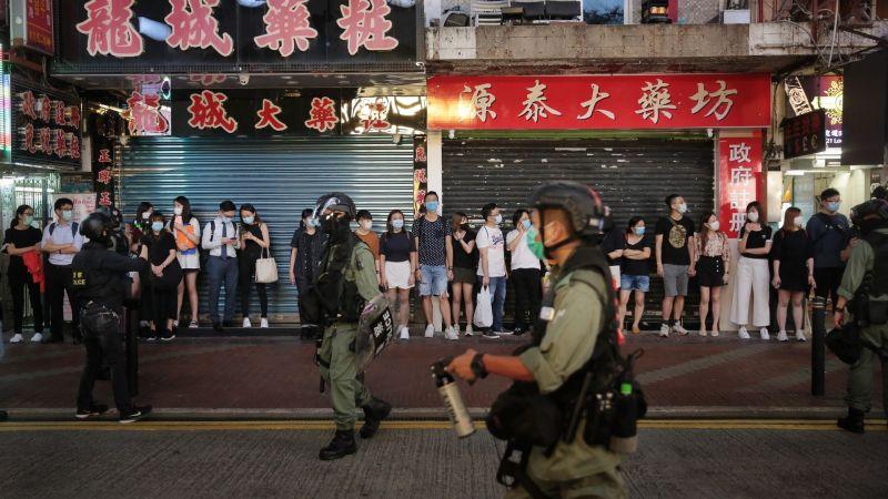 ▲今(12)日是香港反送中運動週年,各地街頭出現民眾聚集合唱,遭到警方快速驅離,有數十人被逮捕。(圖/翻攝自《香港01》)