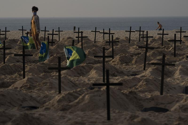 ▲為了表達對巴西總統抗疫態度的不滿,近日有民眾於里約熱內盧沙灘立起許多象徵性的墓穴。(圖/美聯社/達志影像)