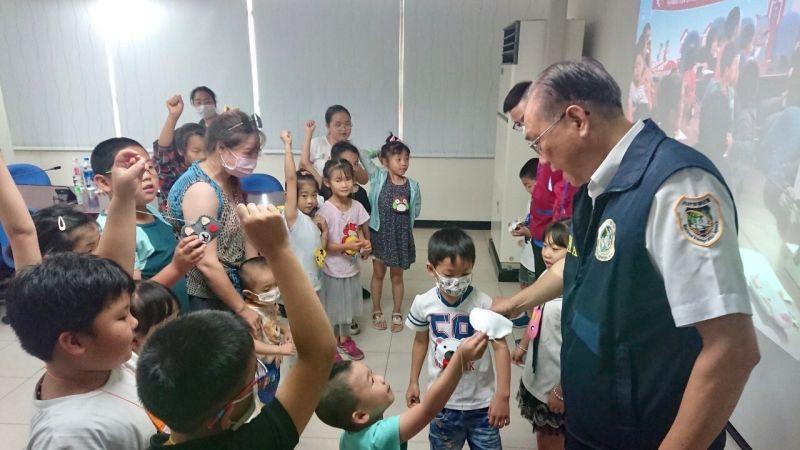 移民署邀新住民與子女一起手作香包