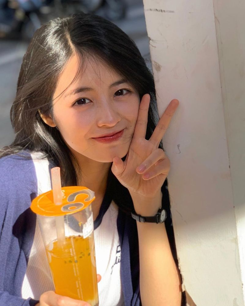 ▲網友分享一位拿著手搖杯飲料、笑容甜美的女孩照片,立即被大家推爆,直呼戀愛了。(圖/翻攝自小玉米崽子的微博)