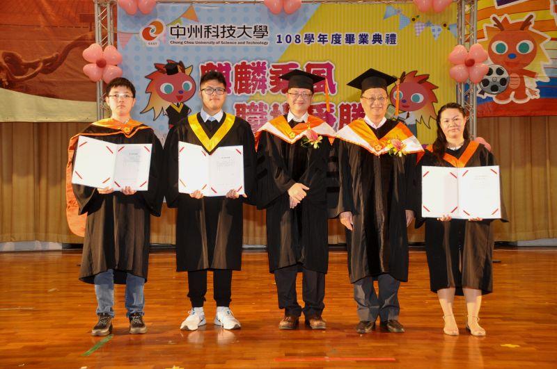 ▲鄭稚瑋同學(左二)成績優異,擔任大學部畢業證書受證代表。(圖/記者陳雅芳攝,2020.06.13)