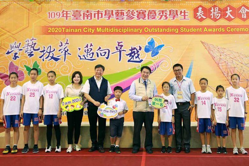 黃偉哲表揚南大附小獲獎學生