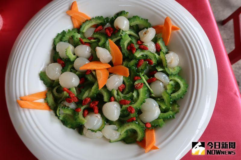 ▲新鮮荔枝拌上山苦瓜再加上枸杞就成為夏日爽口料理。(圖/記者陳雅芳攝)