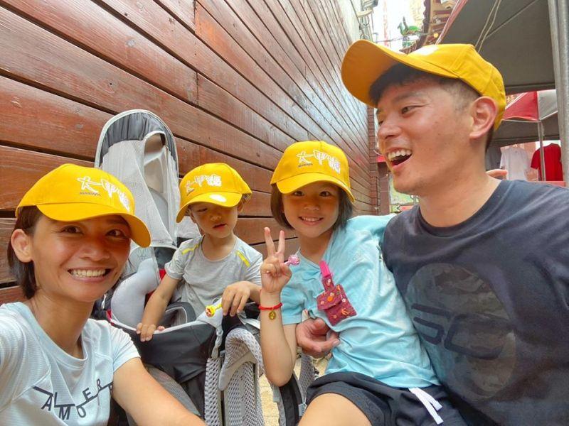 ▲宥勝(右)一家4口戴著寫有「大甲媽」的帽子。(圖/宥勝臉書)
