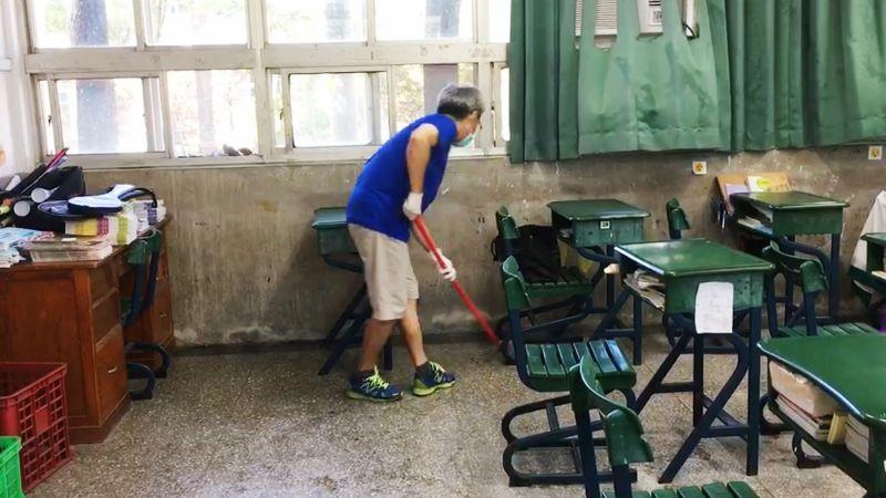 ▲ 群聚疫情班級教室內外桌椅清消工作。(圖/高市衛生局提供)