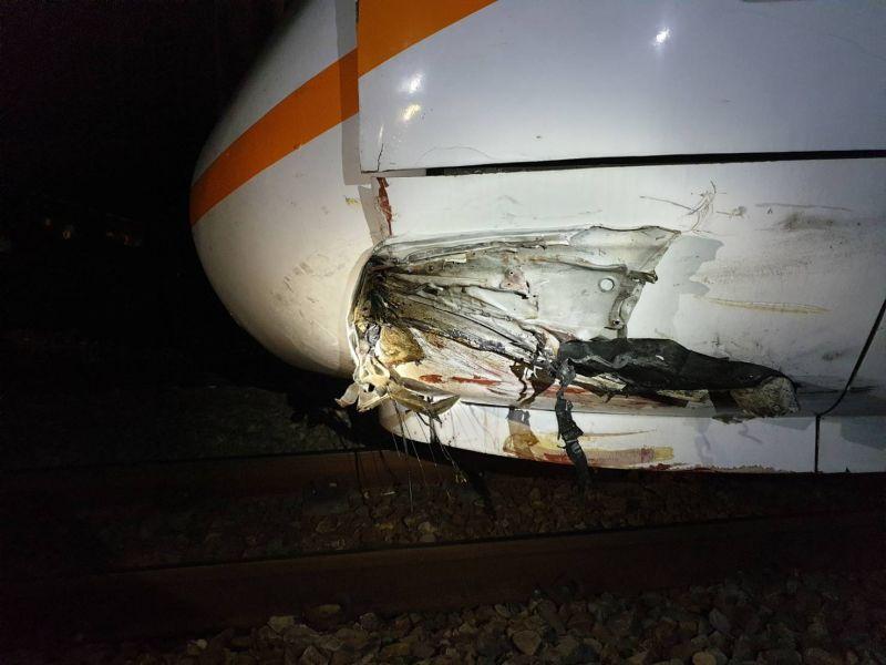 ▲太魯閣號列車機車頭則嚴重毀損。(圖/記者陳雅芳翻攝,2020.06.14)