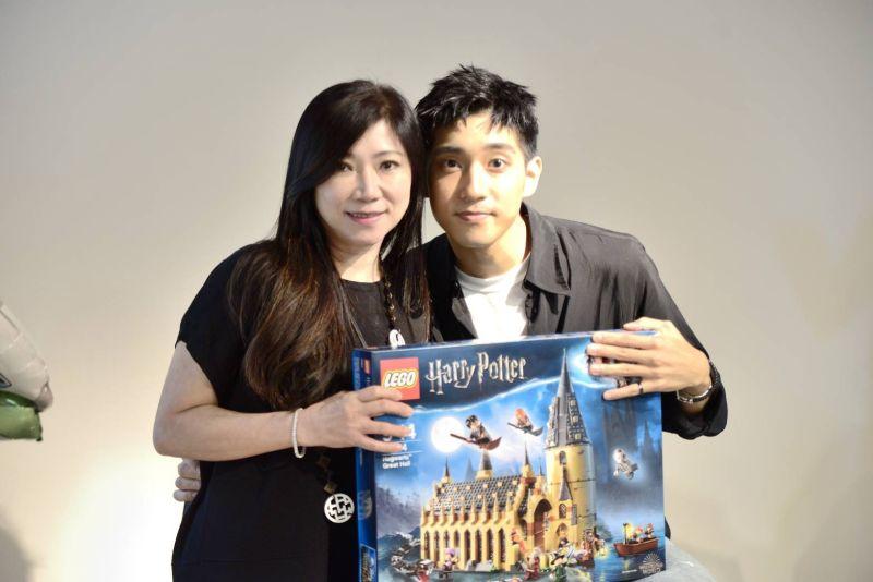 ▲媽媽準備徐韜(右)最想要的哈利波特樂高組。(圖/是酷瞧提供)