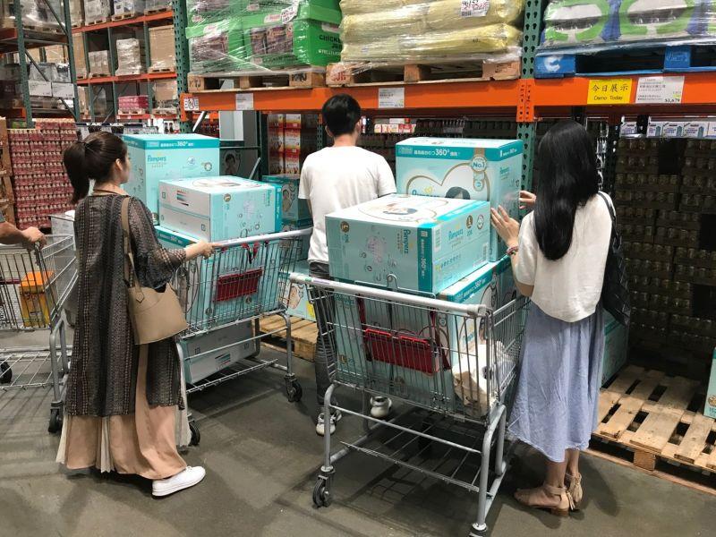▲辦會員卡就等這波省起來 美式賣場尿布年度優惠最便宜,吸引許多父母瘋狂搶買,裝滿整台推車。(圖/資料照片)