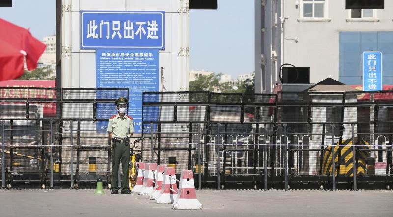 ▲新冠肺炎疫情接二連三傳出病例後,北京新發地批發市場已關閉並禁止人員隨意出入。(圖/美聯社/達志影像)