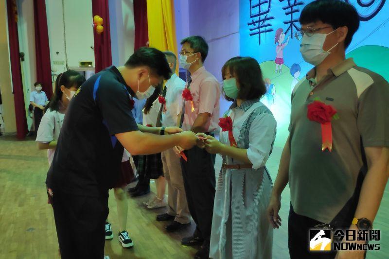 ▲李安益會長代表家長會致贈高三導師感謝禮。(圖/記者洪佳伶攝,2020.06.15)