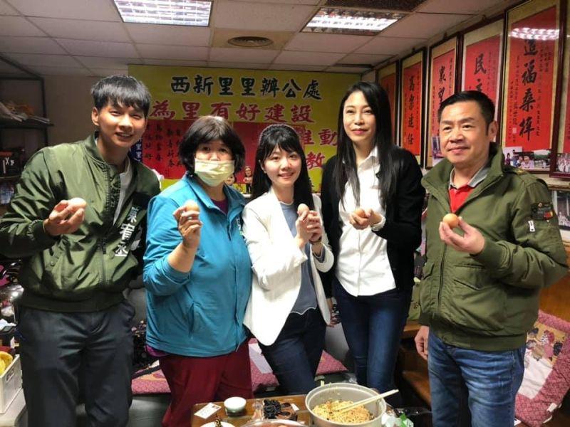 ▲民眾黨發言人陳宥丞(左一)也在地方行程中身穿燈節工作外套,甚至在外套上印上自己的名字。(圖/苗博雅辦公室提供)