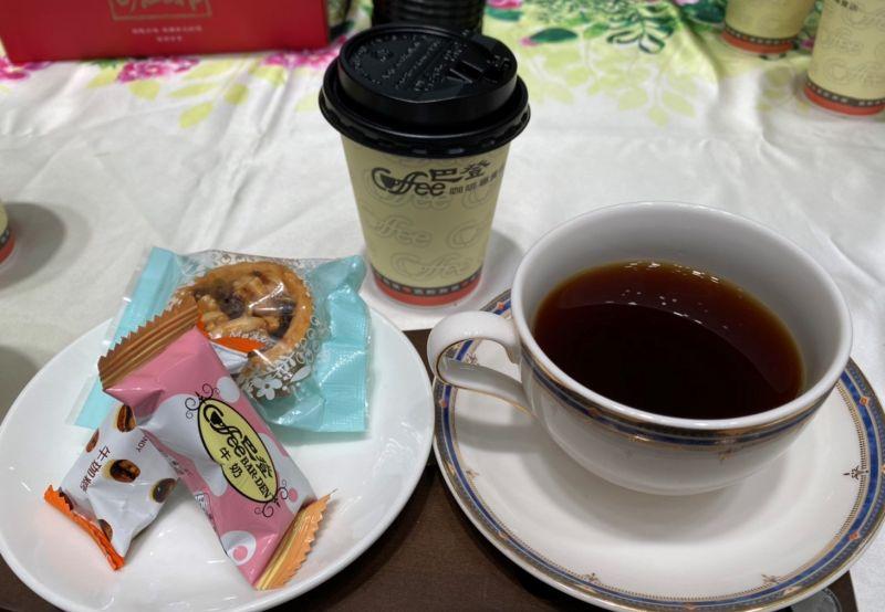 ▲巴登咖啡董事長張萊恩以在地自產的咖啡慰問防疫人員的辛勞。(圖/記者蘇榮泉攝,2020.06.15)