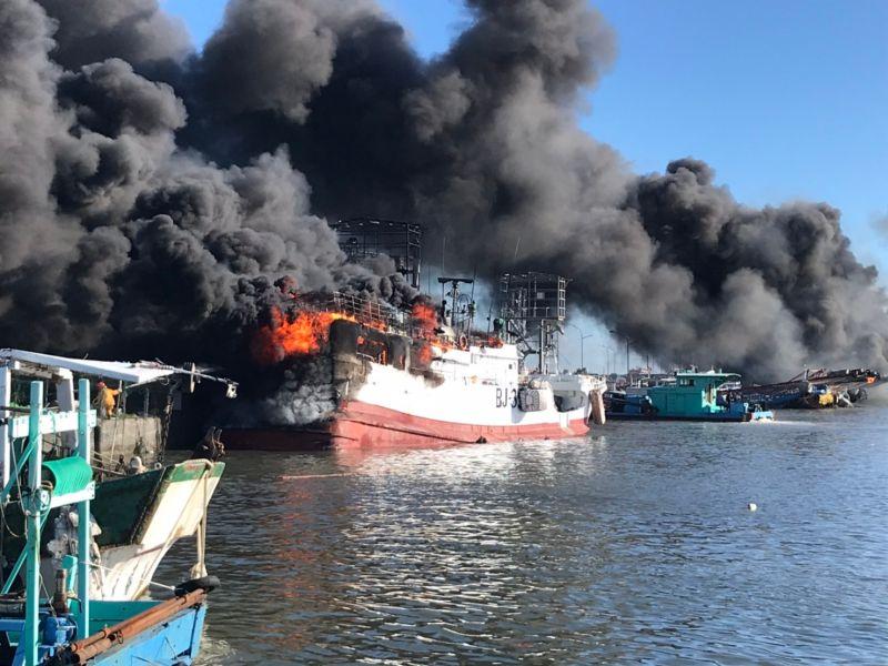 屏東東港鹽埔漁港火燒船 現場烈焰黑煙衝天