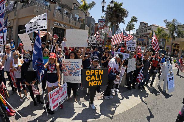 ▲美國加州外出抗議,要求州政府解除防疫限制的群眾。(圖/翻攝自《紐約郵報》)