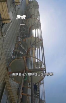 ▲張男暫時得靠臨時搭建的施工用鐵梯及木梯往返住處。(圖/擷取自影片)